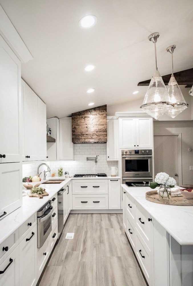 Uma cozinha provençal enorme e toda branquinha. Repare no contraste que os puxadores pretos trazem para o ambiente