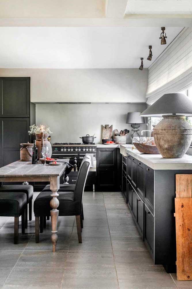 E para quem acha que cozinha provençal preta não existe, essa aqui vem provar o contrário. Mas repare que todas as outras características do estilo estão mantidas