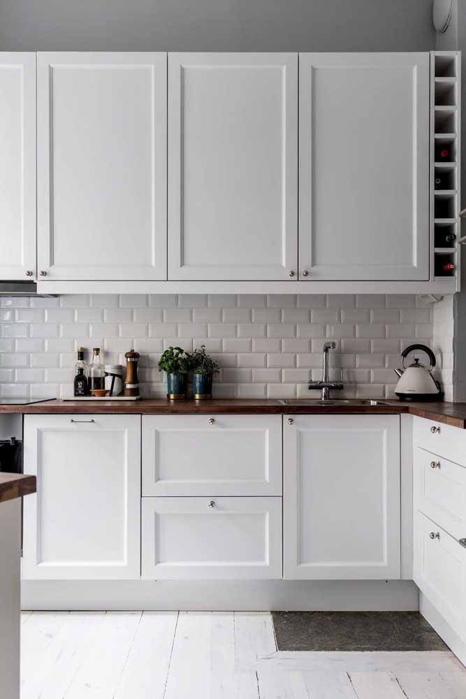 Olha que inspiração interessante: cozinha provençal com azulejos de metrô