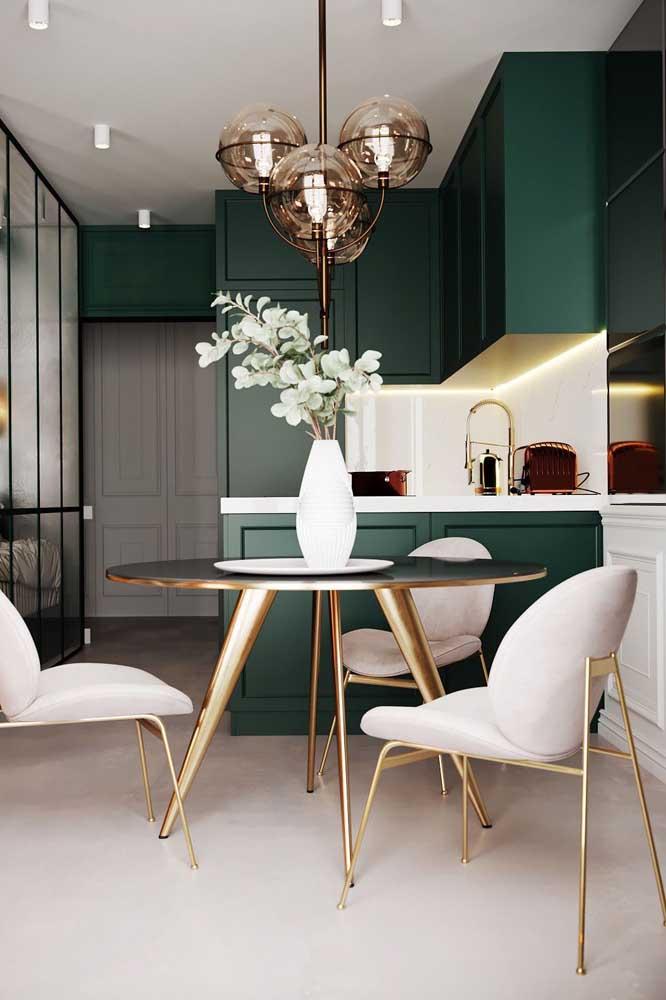 Já para os fãs de projetos sofisticados e modernos, essa cozinha provençal verde e dourada é uma inspiração