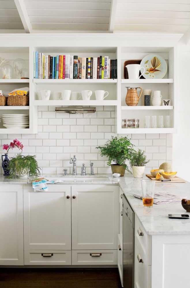 Cozinha provençal branca para quem procura uma inspiração clássica e fiel às origens