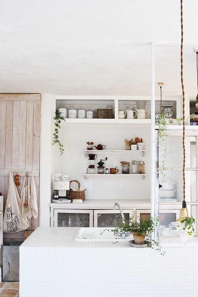 Impossível passar os olhos por essa cozinha provençal sem se apaixonar pela porta toda desgastada
