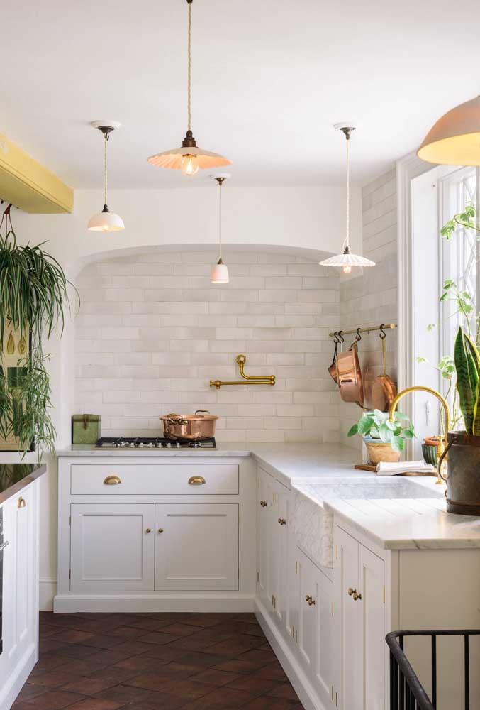Pendentes, plantas e tons metálicos roubam a cena na decoração dessa cozinha provençal