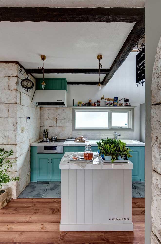 As paredes rústicas também integram o projeto da cozinha provençal