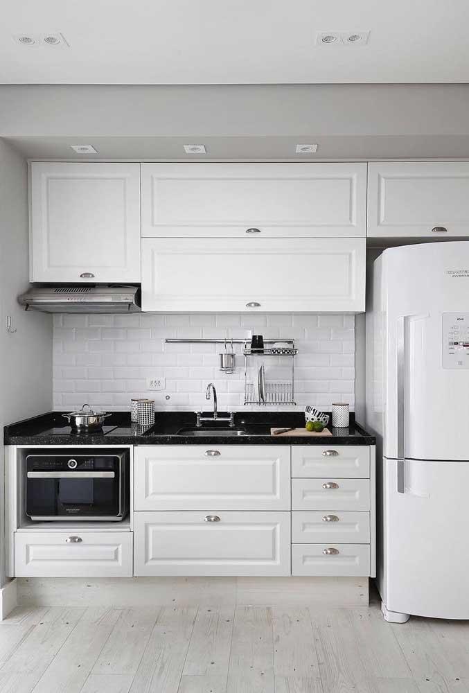 Cozinha provençal com bancada de granito preto: um luxo!