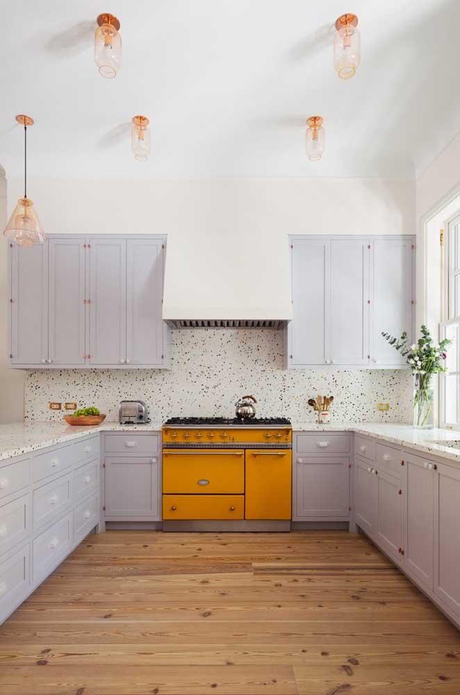 Cozinha provençal grande com armários cinza e um extrovertido fogão retrô amarelo