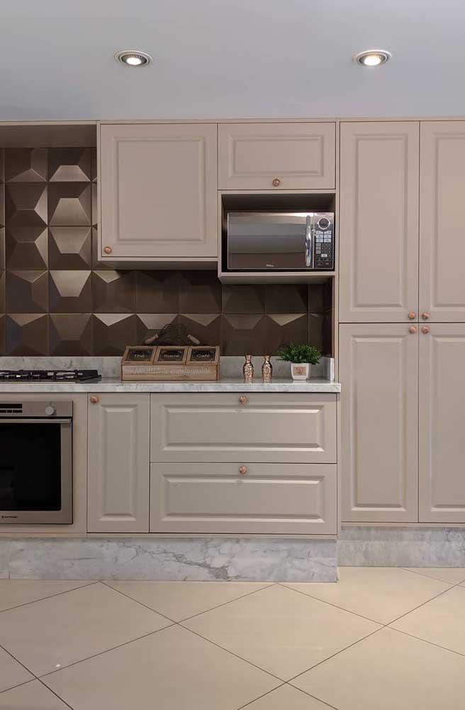Tons neutros para realçar o estilo clássico dessa cozinha provençal