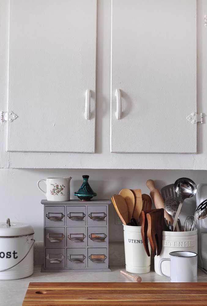 Na cozinha provençal, as louças e utensílios a mostra não são um problema, são parte essencial da decoração