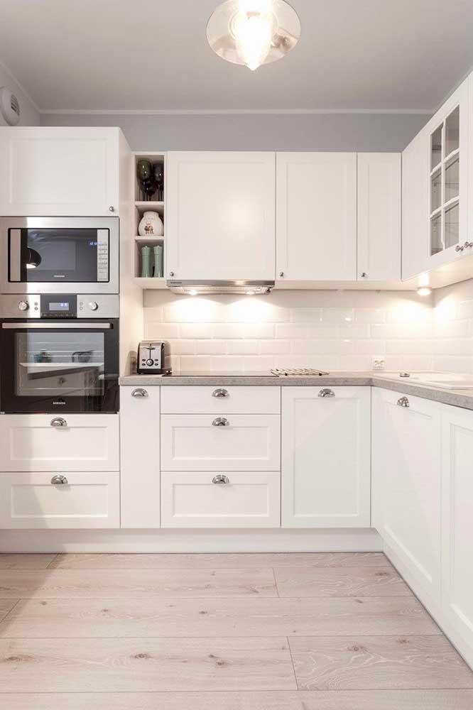 Cozinha provençal branca com eletrodomésticos modernos