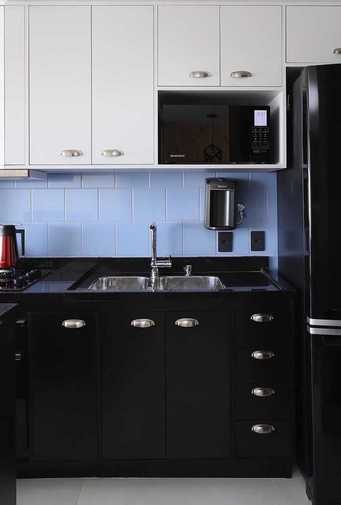 Cozinha provençal pequena com uma ousada combinação de preto, branco e azul