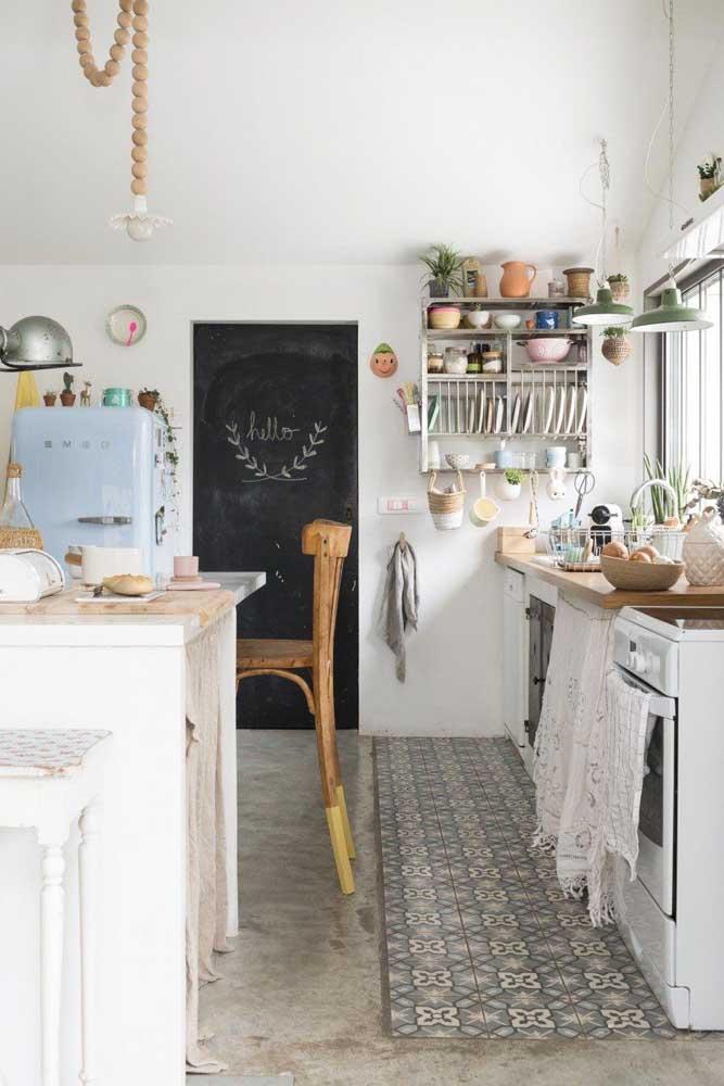 Um mimo essa cozinha provençal. Com direito até a cortininha de renda na pia e geladeira azul retrô