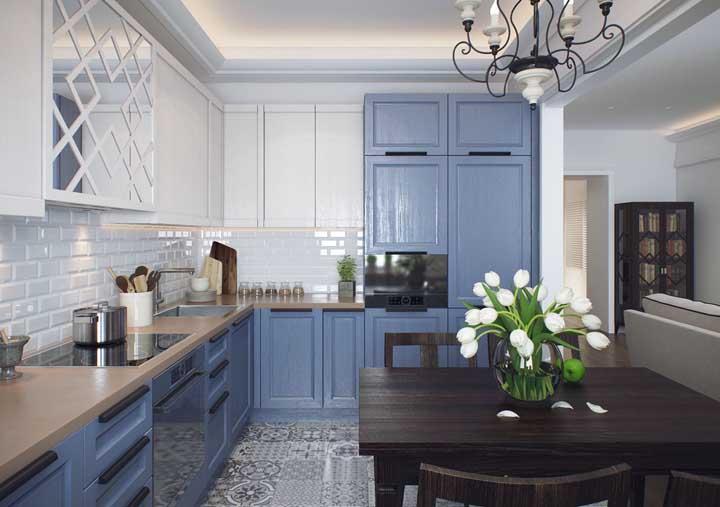 Cozinha provençal com sanca de gesso iluminada, armários azuis e mesa de madeira escura. Crie o seu projeto de acordo com seus gostos e necessidades