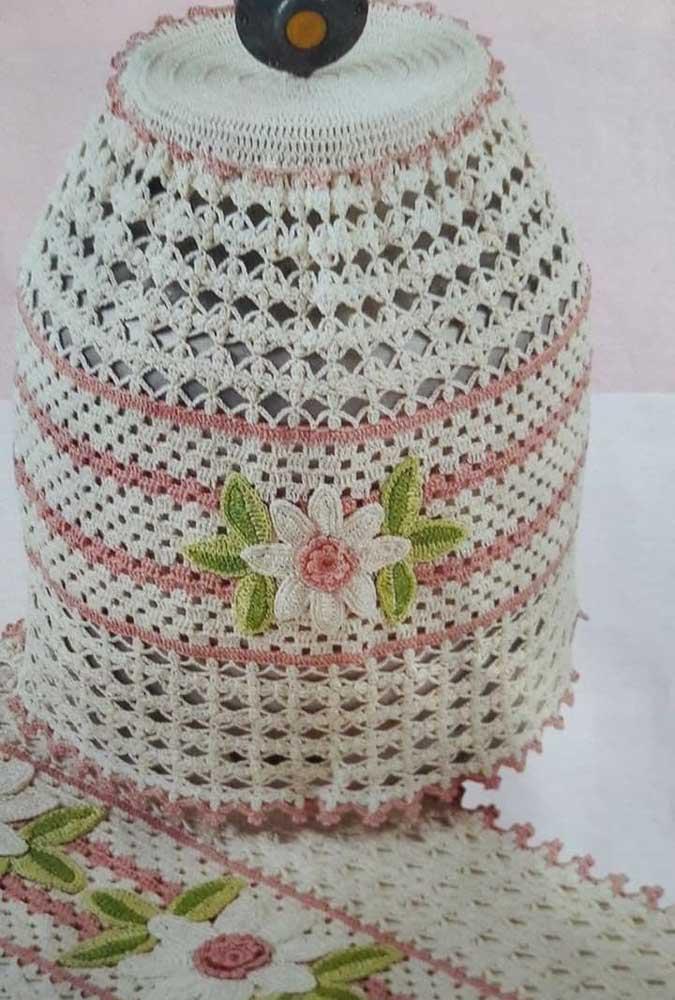 Capa de botijão em crochê feita com barbante e flores vermelhas para contrastar