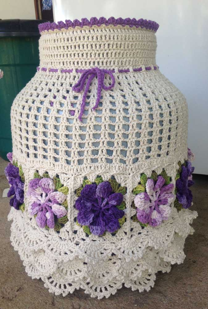 Capa de botijão em crochê com barbante. O destaque aqui são os babados e o efeito em relevo