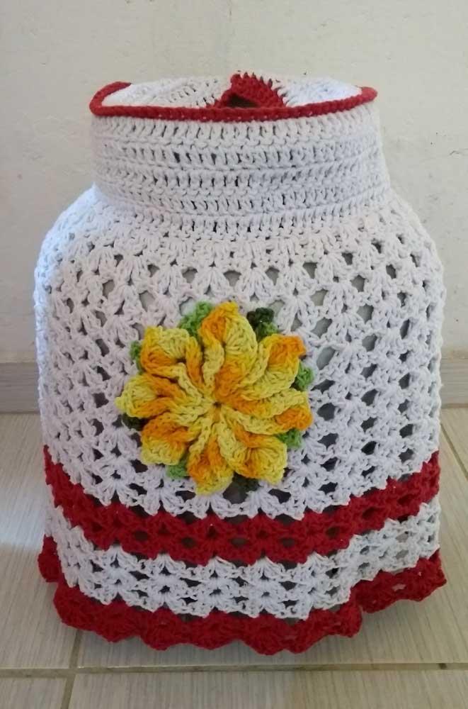 Capa de botijão em crochê na cor branca com detalhes em vermelho e amarelo