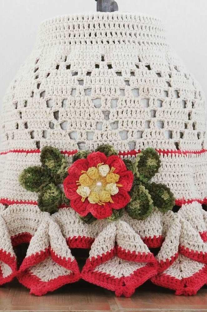 Capa de botijão em crochê com aplique de flores também em crochê