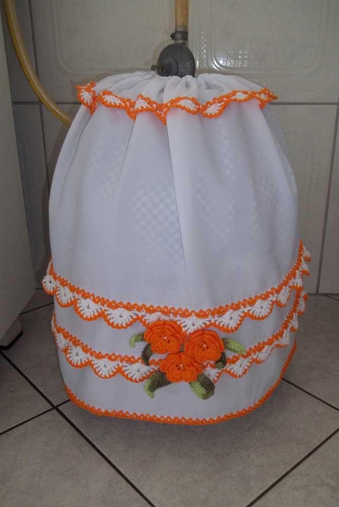 Se você não tiver muita experiência com crochê faça o seguinte: crie uma capa para o botijão em tecido e faça apenas as bordas laterais em crochê
