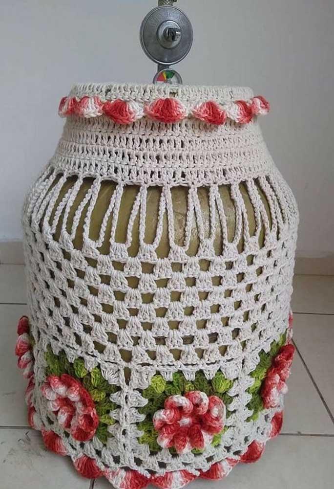 Capa de botijão em crochê simples, mas valorizada pelo acabamento de flores