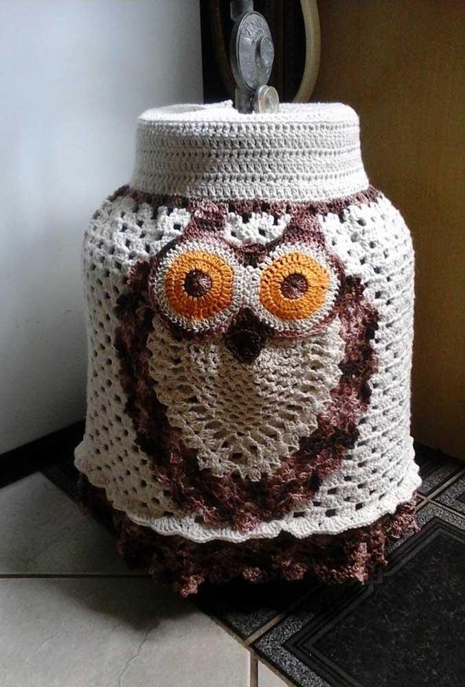 Uma corujinha de olhos bem abertos é o tema dessa capa de botijão em crochê personalizada