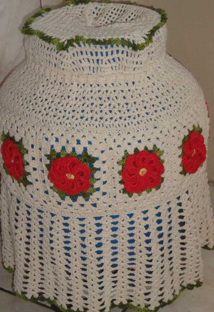 Flores vermelhas para alegrar essa capa de botijão em tom cru