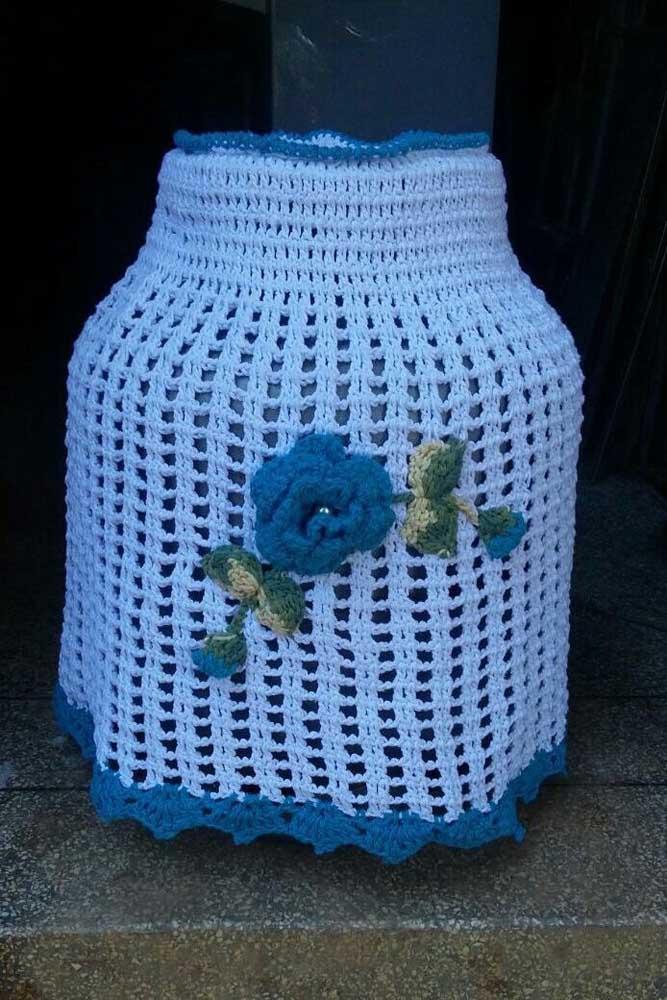 Capa de botijão em crochê simples com aplique de flor para dar aquele acabamento especial