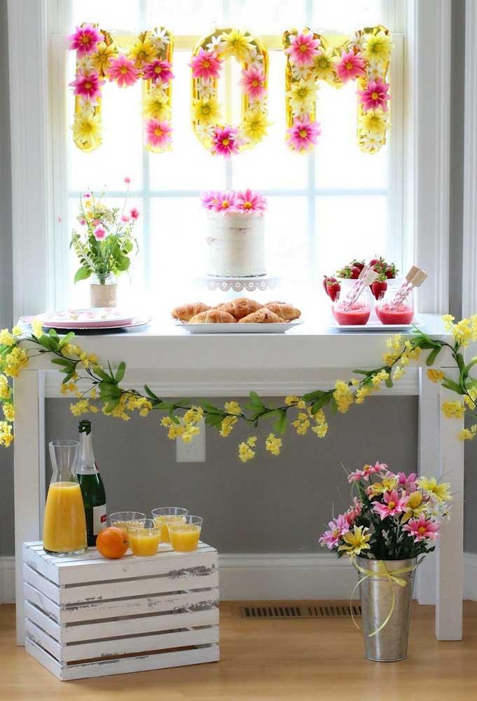Painel de dia das mães simples, mas lindo, feito com flores de papel e bexigas de letras