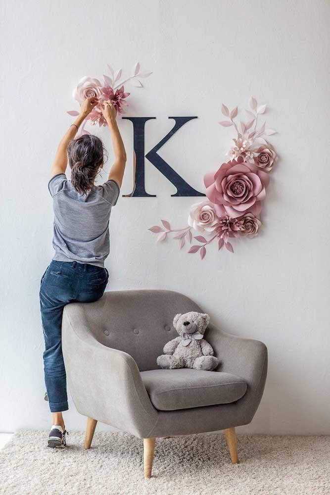 A inicial do nome da sua mãe em destaque nesse modelo de painel. As flores de papel complementam a proposta