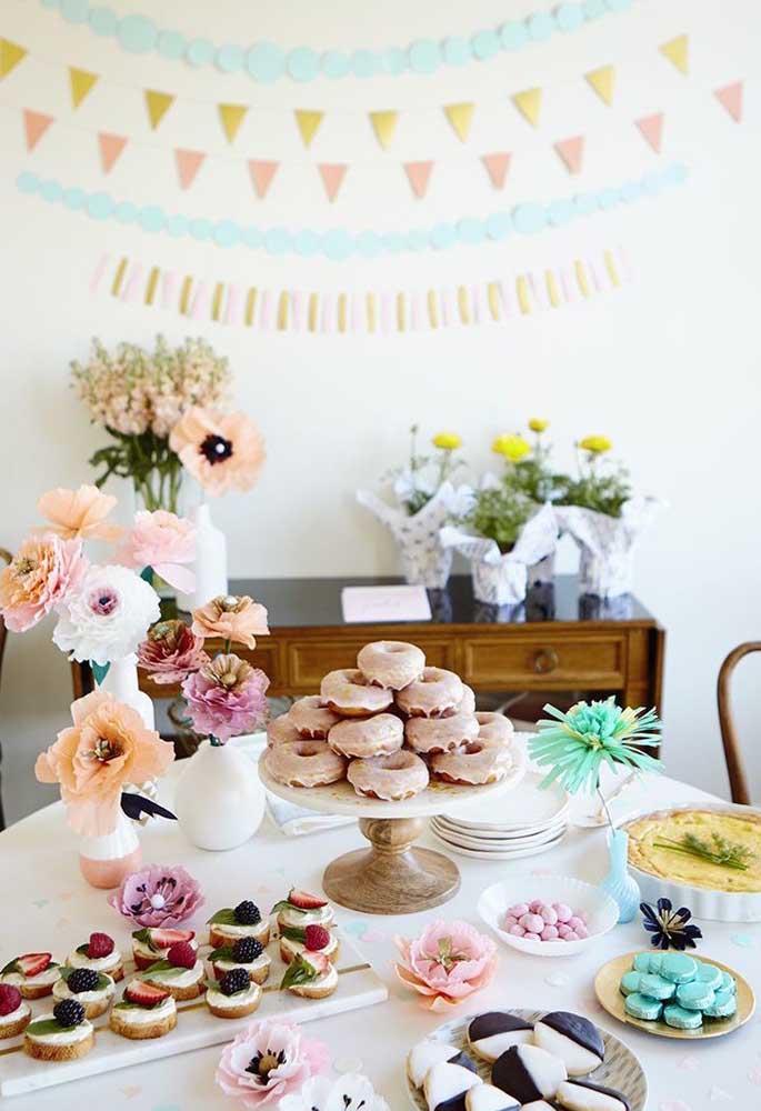 A mesa de doces do dia das mães ganhou um painel com padrão geométrico aos fundos