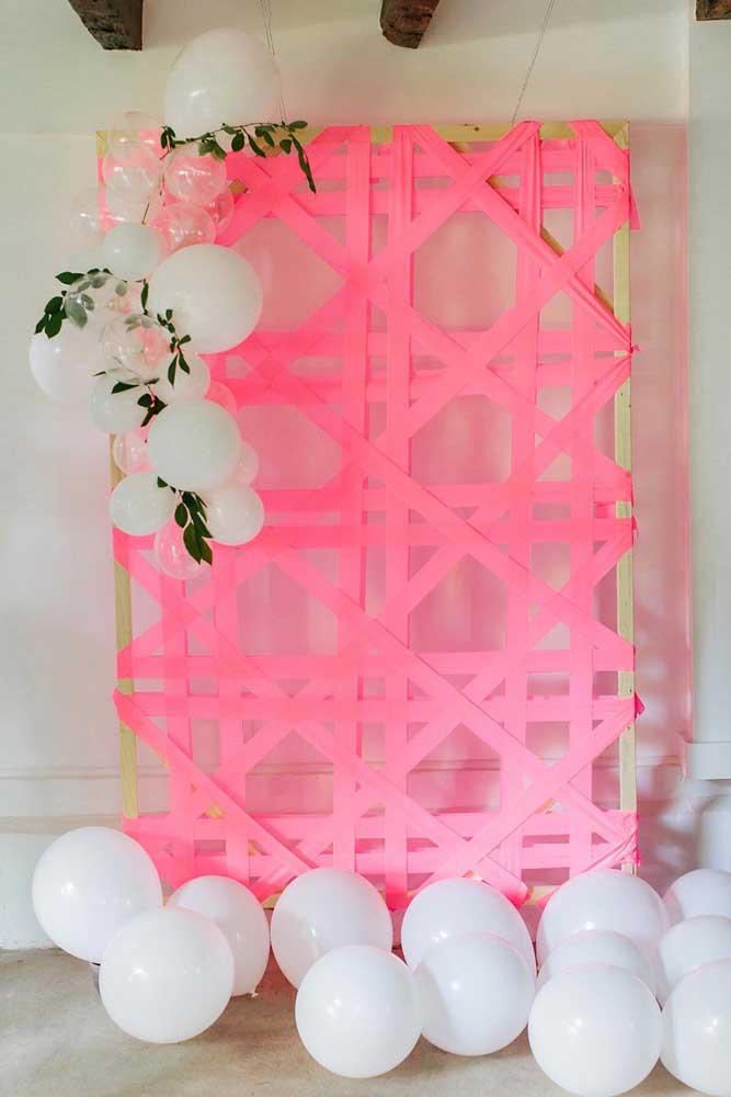 Acredite se quiser, mas esse painel de dia das mães foi feito usando apenas fita adesiva cor de rosa fixada na estrutura de madeira