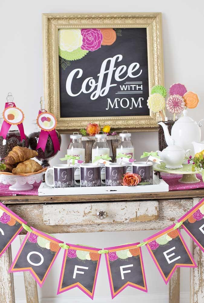 A mesa de café da manhã para o dia das mães conta com um painel charmosinho feito com quadro lousa