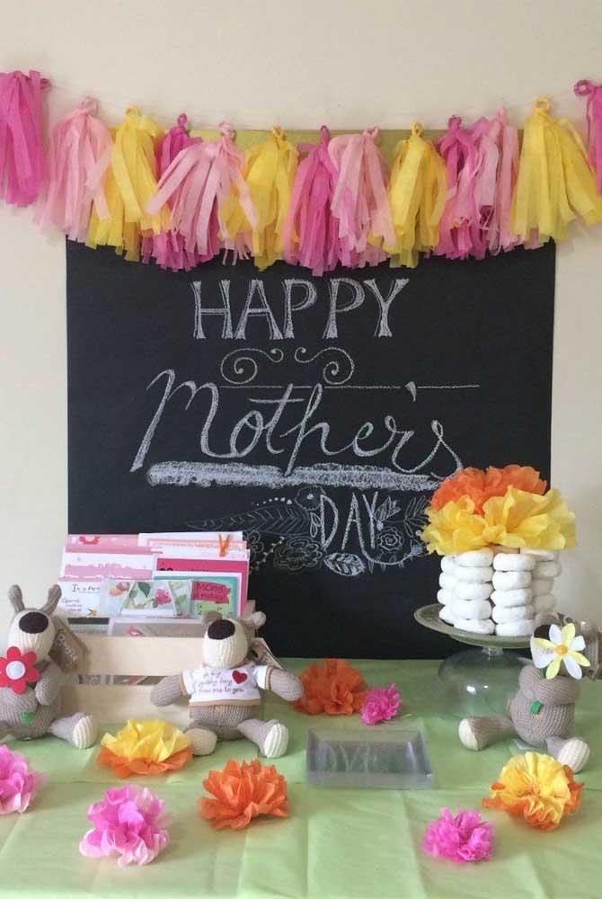 Com uma lousa e um giz você já consegue fazer um lindo e expressivo painel de dia das mães