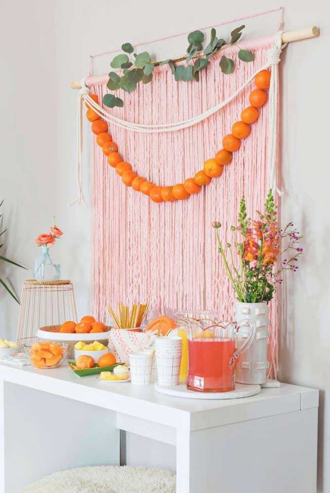 Olha essa ideia de painel diferente: cortina de macramê com galhos de eucalipto e cordão de laranjas