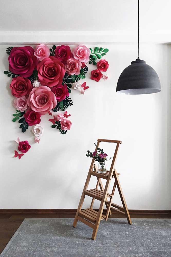 Leques de papel e muitas flores para criar esse painel alegre e diferente