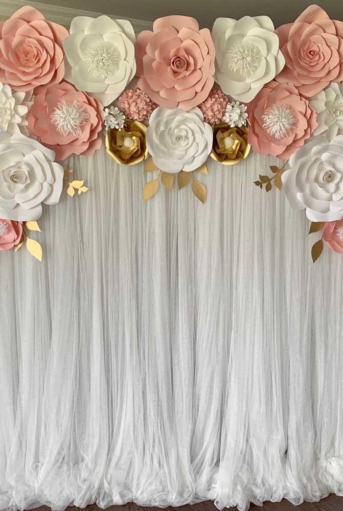 Já por aqui as flores de papel ganharam a companhia de uma cortina leve e delicada de voil