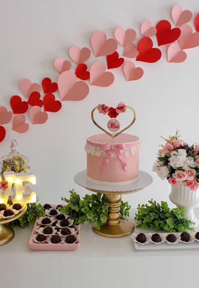 Corações de papel formam esse painel amoroso e delicado feito especialmente para comemorar o dia das mães