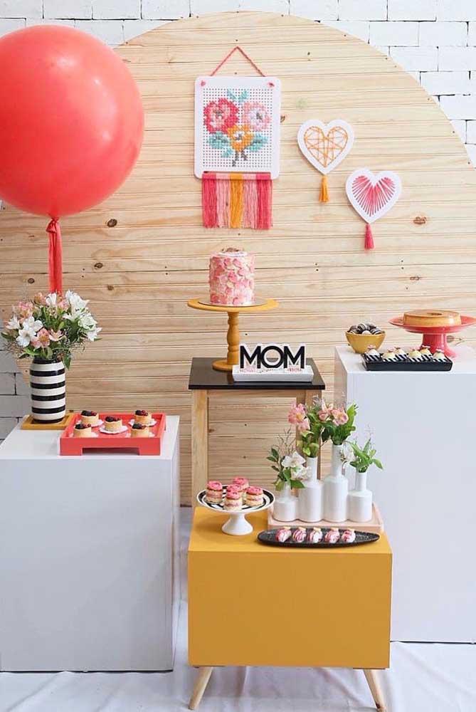 Aqui, a estrutura do painel de dia das mães é uma placa redonda de madeira, simples assim!