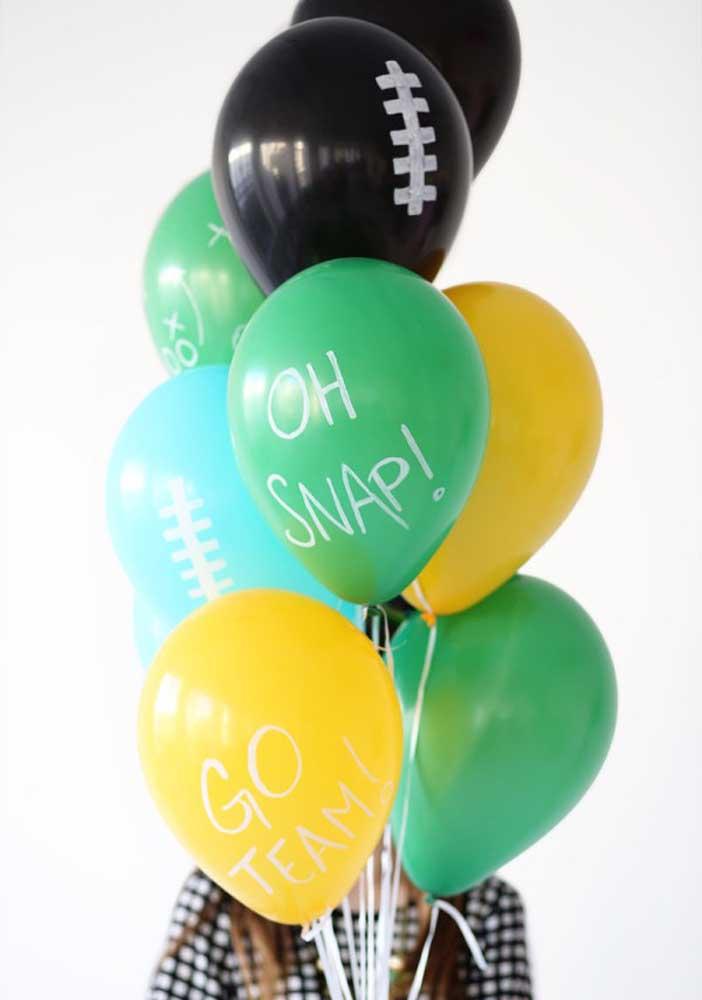 Balões coloridos e personalizados com o tema futebol americano