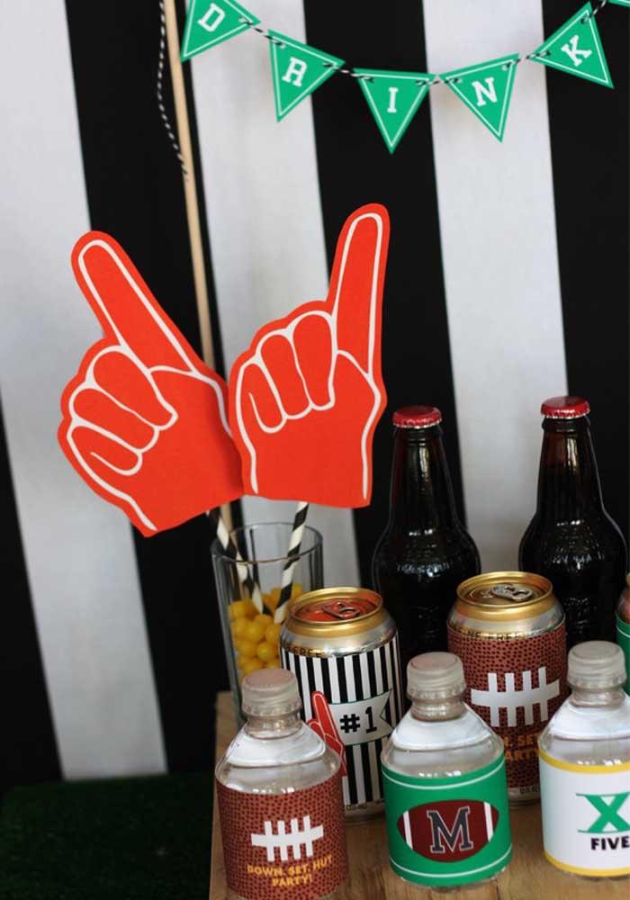 Festa Super Bowl com um cantinho especial e personalizado só para receber as bebidas