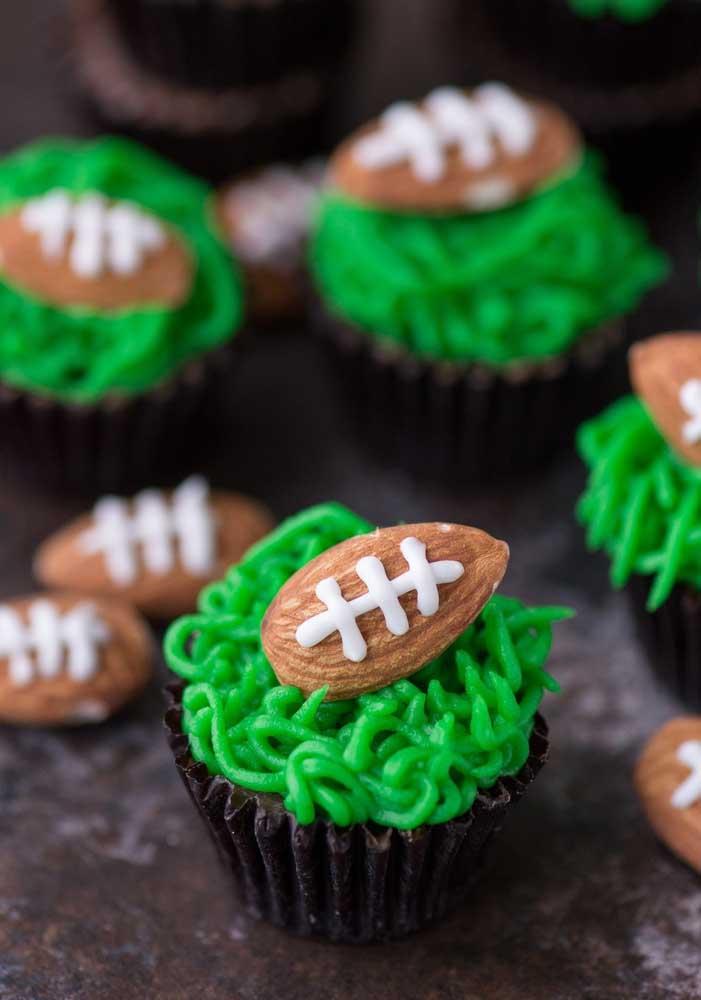 """Olha essa ideia: aqui, os cupcakes tem """"grama"""" e """"bola"""""""