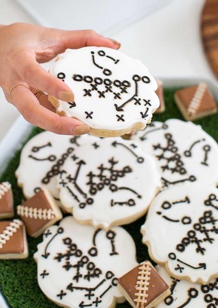 Estratégias de jogo desenhadas em biscoitos. Só numa Festa Super Bowl para você ver isso!