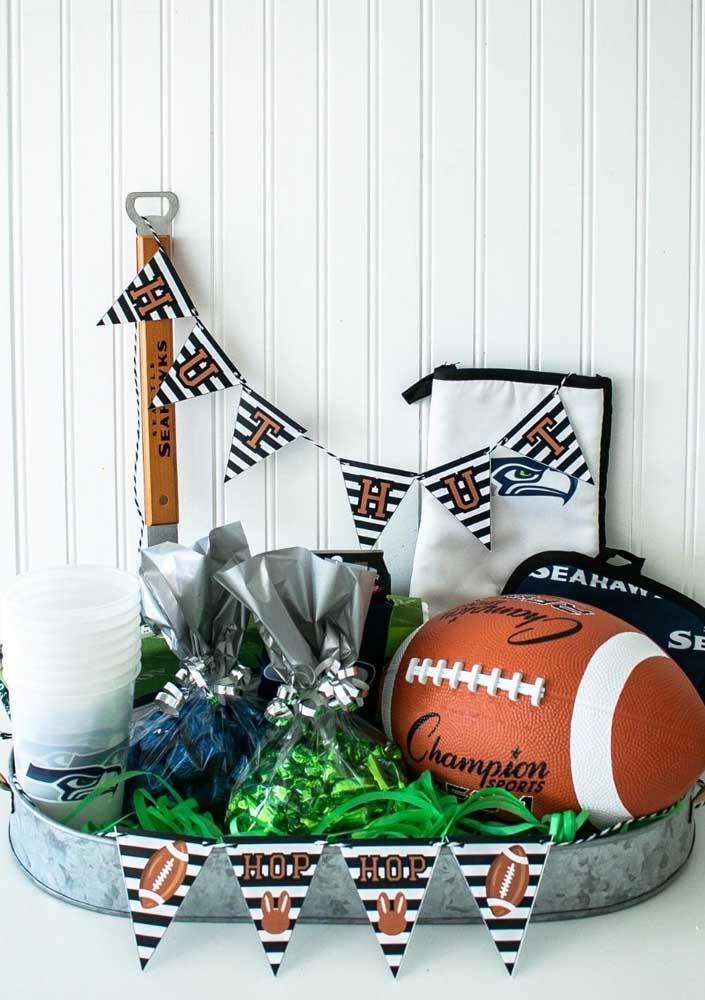A bola de futebol americano é, sem dúvida, a grande estrela da decoração da Festa Super Bowl
