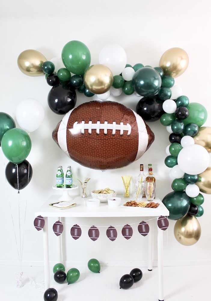O arco descontruído de balões emoldura a estrela principal da festa Super Bowl