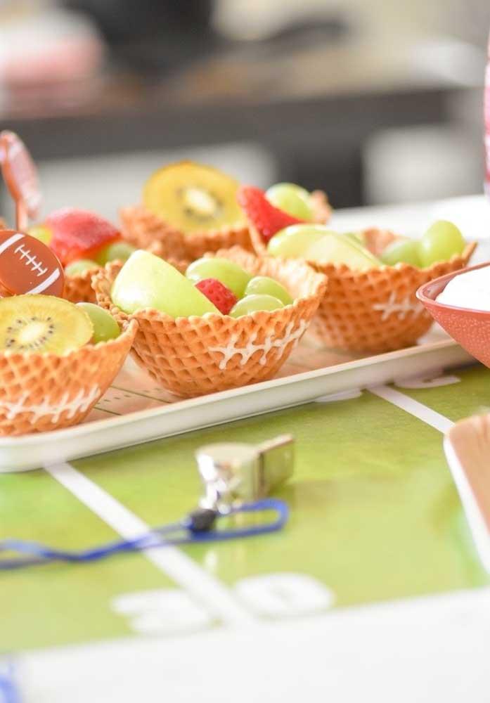 Olha que inspiração legal: cestinha de sorvete decorada e servida com frutas dentro