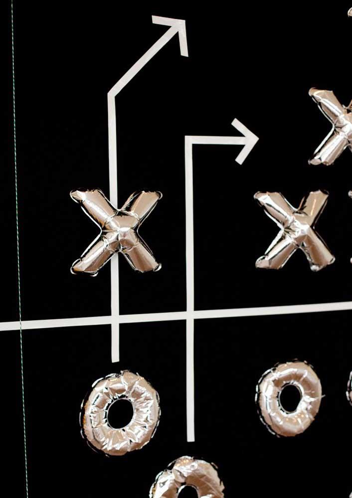 Balões de letras formam a estratégia de jogo usada pelas equipes de futebol americano