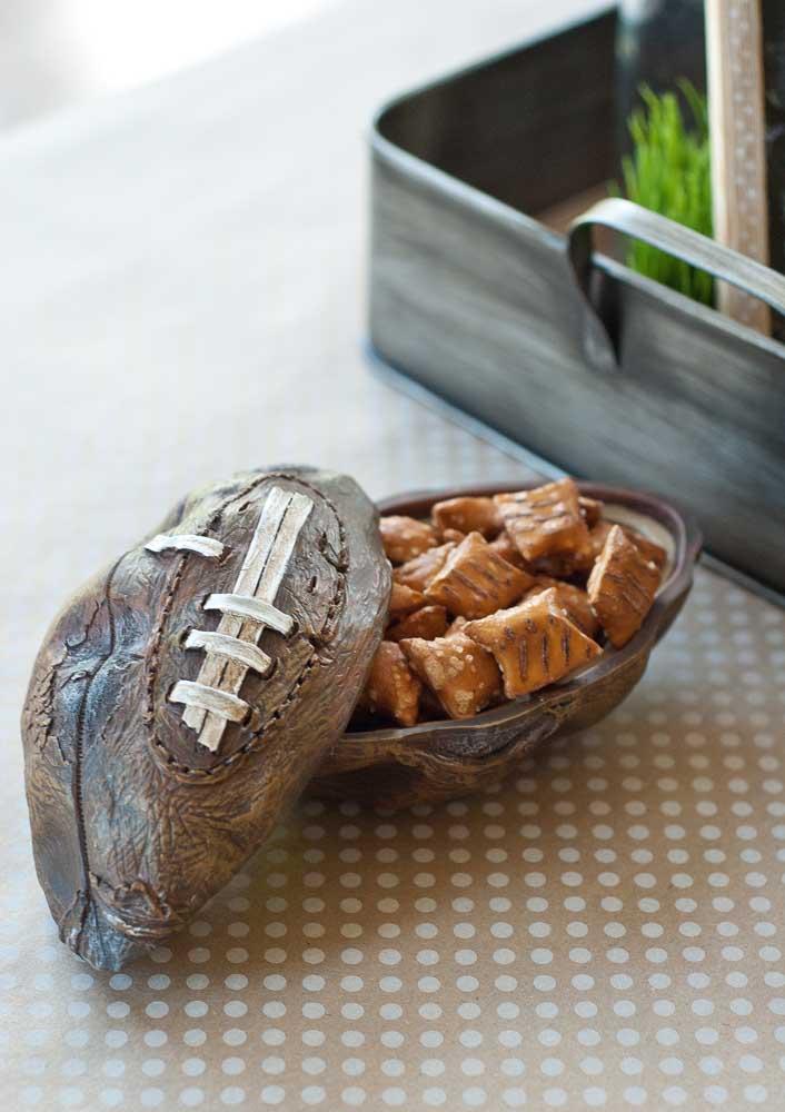 Bola de futebol americana entalhada na madeira. Uma bela peça decorativa para os amantes do esporte