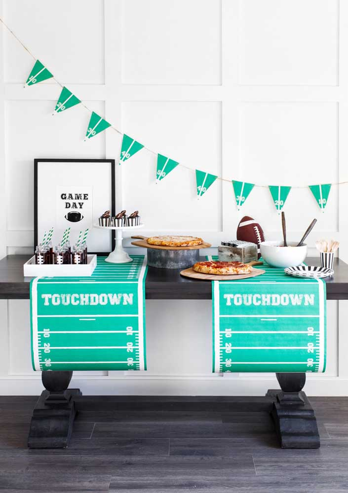 Uma mesa moderna e bem decorada para receber os amigos durante a festa Super Bowl