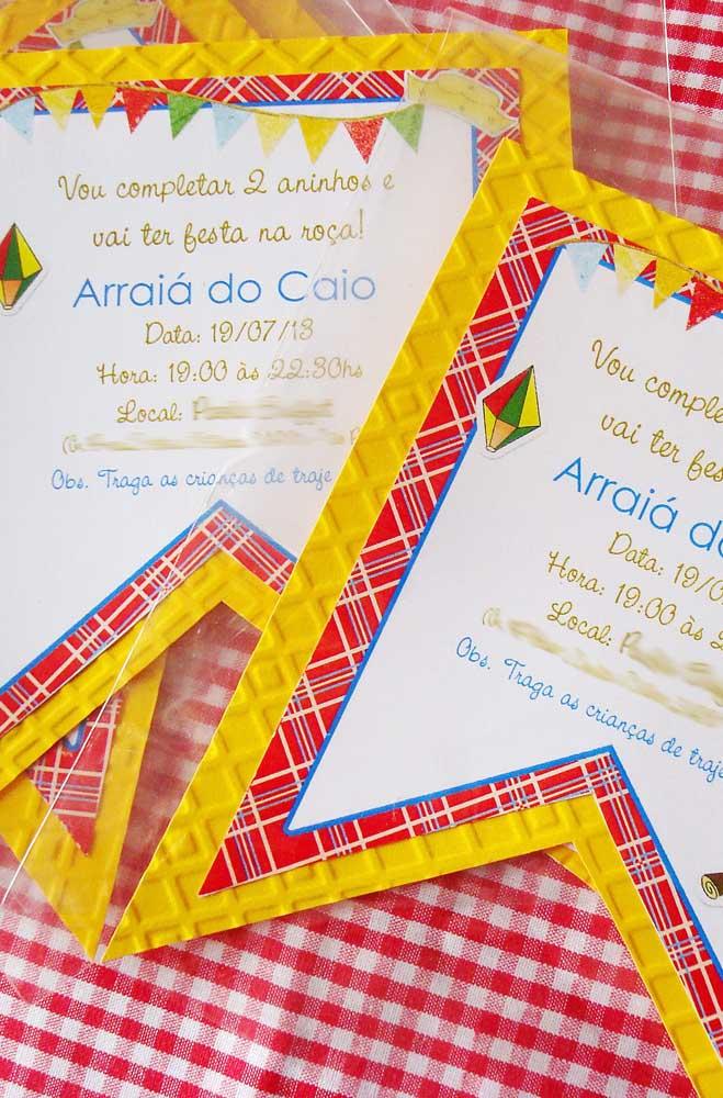 Modelo de convite de festa junina simples e fácil de fazer com formato de bandeirinha