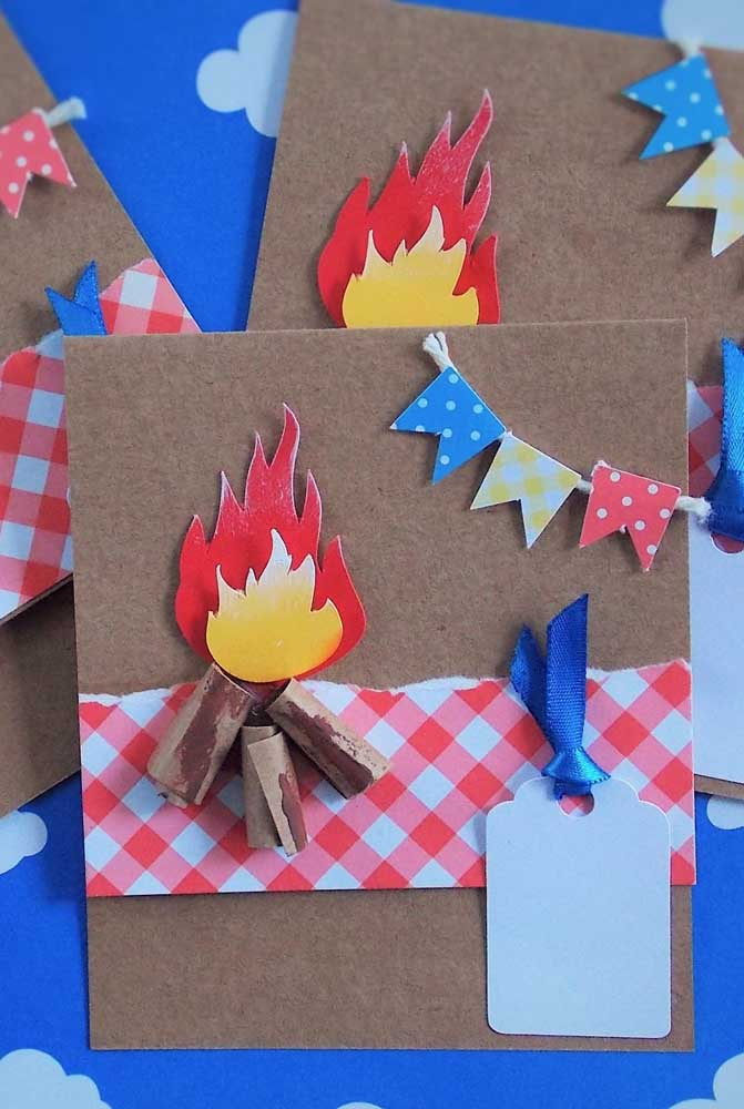 Convite de festa junina artesanal com fogueira e bandeirinhas