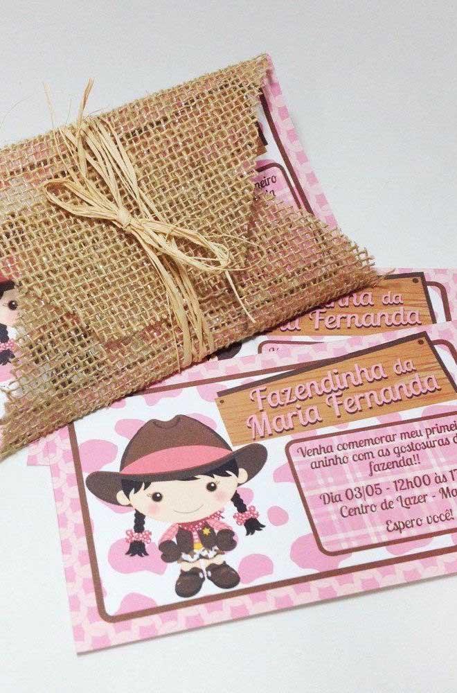 Ideia de convite de festa junina rústico. Repare que ao invés de envelope de papel foi usado tecido de juta