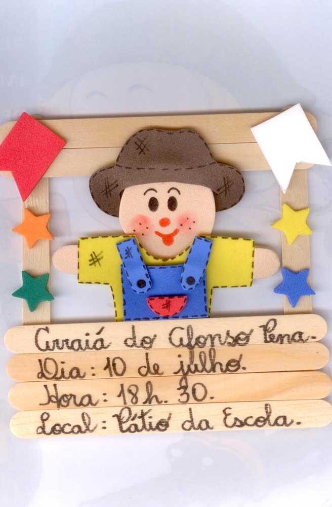 Convite de festa junina escolar feito artesanalmente com palitos de picolé